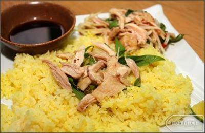 Thưởng thức cơm gà và Cao lầu - hai món ngon Hội An