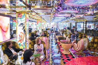 Nhà hàng robot sexy giữa phố đèn đỏ Tokyo