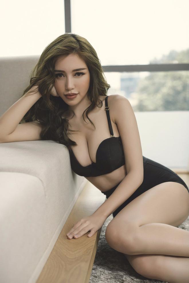 Elly Trần sexy nóng bỏng trong bộ ảnh nội y mới nhất