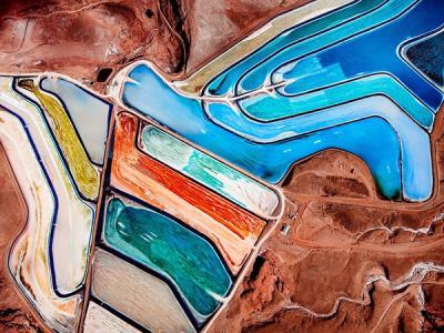 Ngỡ ngàng với hình ảnh hồ nước nhân tạo như một bảng màu