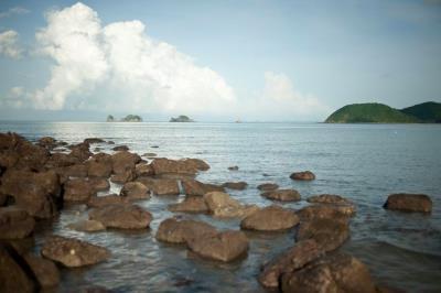 Biển xanh cát trắng nắng lung linh trên đảo Ngọc Vừng, Quảng Ninh.