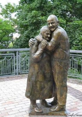 Bức tượng về chuyện tình vượt thời gian của người lính Italy