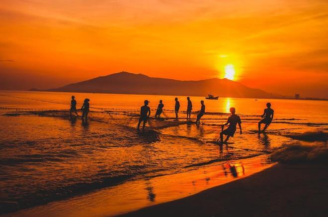 Mặt trời lên trên làng chài Lý Sơn